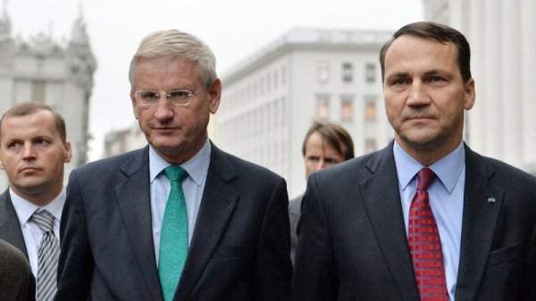 Carl Bildt(left) and Radek Sikorski(right) (photo: SERGEI SUPINSKY/AFP)